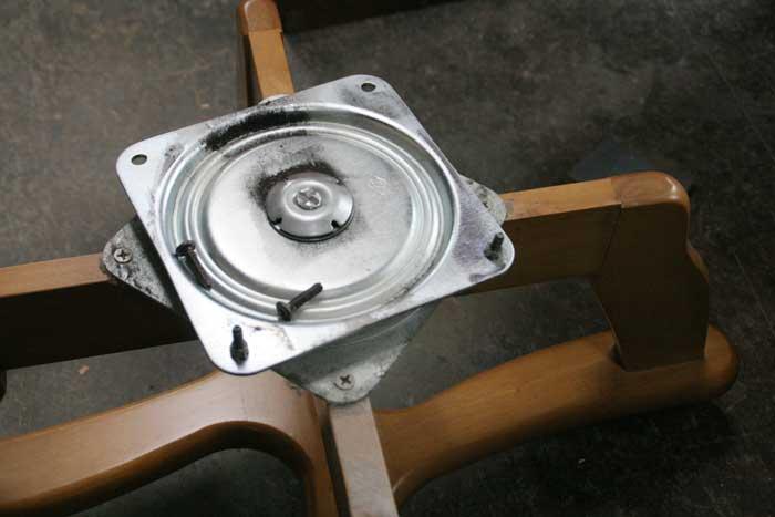 壊れやすい回転金具・ベアリング数不足のようです 壊れた食卓イス修理・壊れたキャスター付き椅子修理